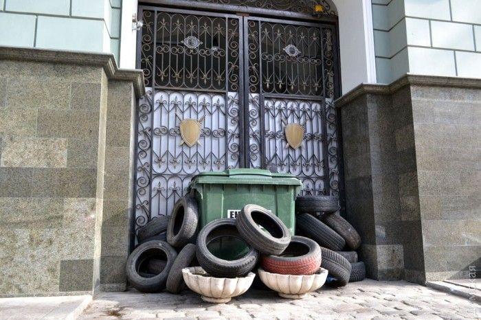 Активисты разблокировали один из входов областной прокуратуры в Одессе / фото dumskaya.net