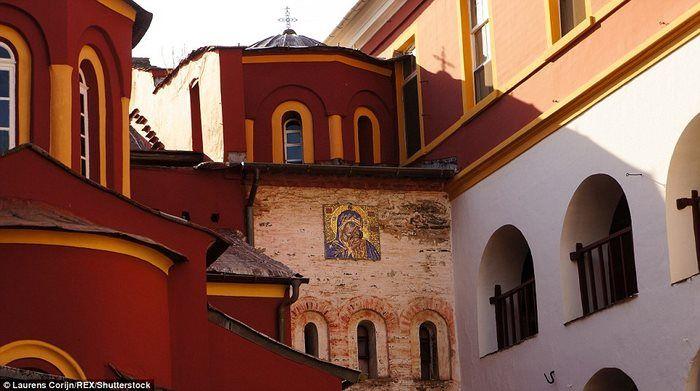 Потрясающая иконография на церковной стене в Ватопедского монастыря.