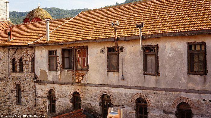 В монастыре Эсфигмен монахи ведут простой образ жизни и отапливают кельи с помощью печей на дровах.