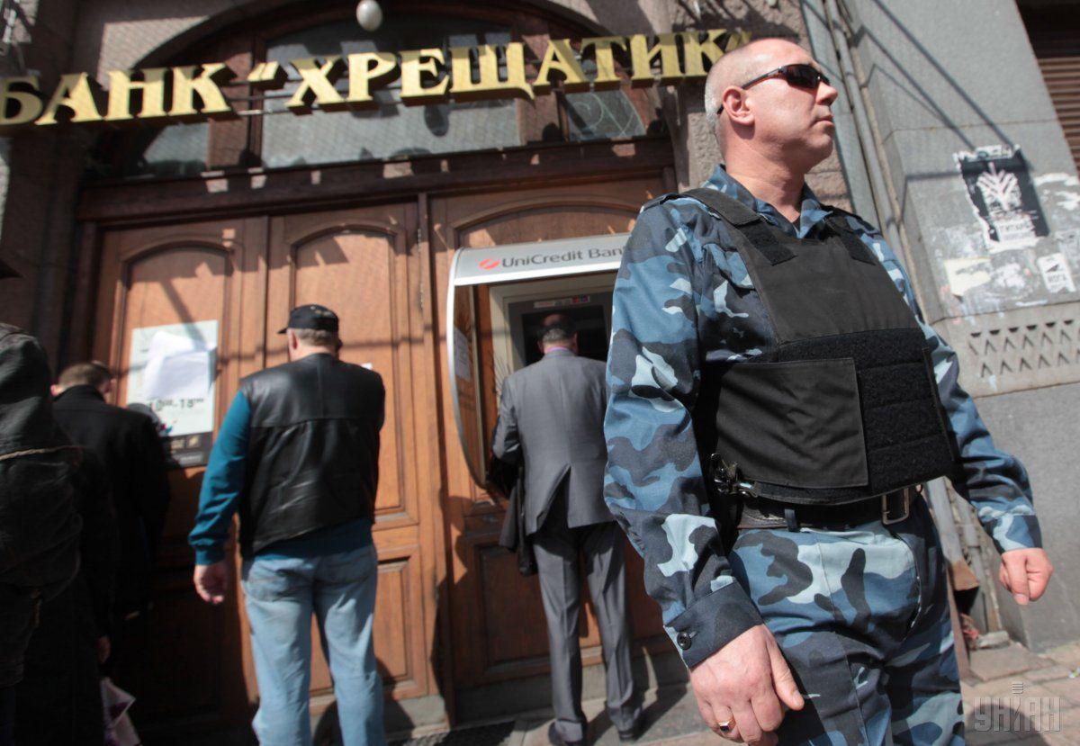 "Служащий банка ""Хрещатик"" требовал $7 тысяч взятки / фото УНИАН"