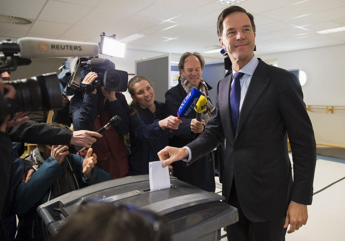 Премьер Нидерландов Марк Рютте голосует на референдуме / REUTERS