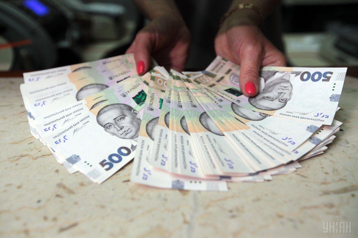 По сравнению с открытием торгов, гривня снизилась к доллару на 3 копейки / фото УНИАН