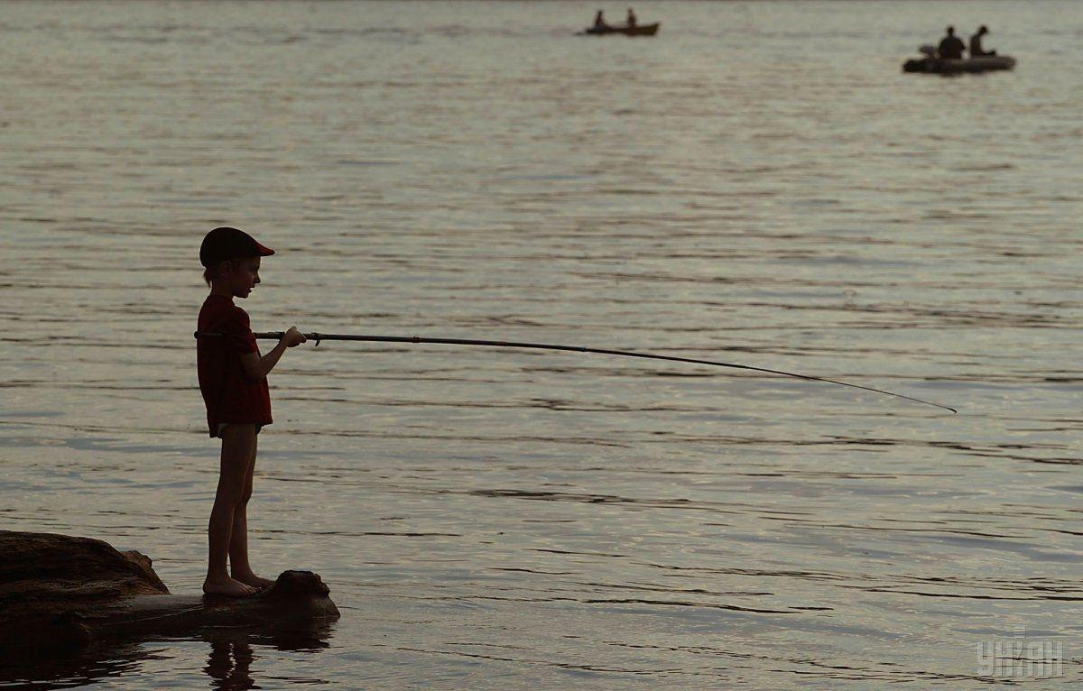 Якщо батько любить рибалити, влаштуйте похід на річку, озеро з пікніком / фото УНІАН