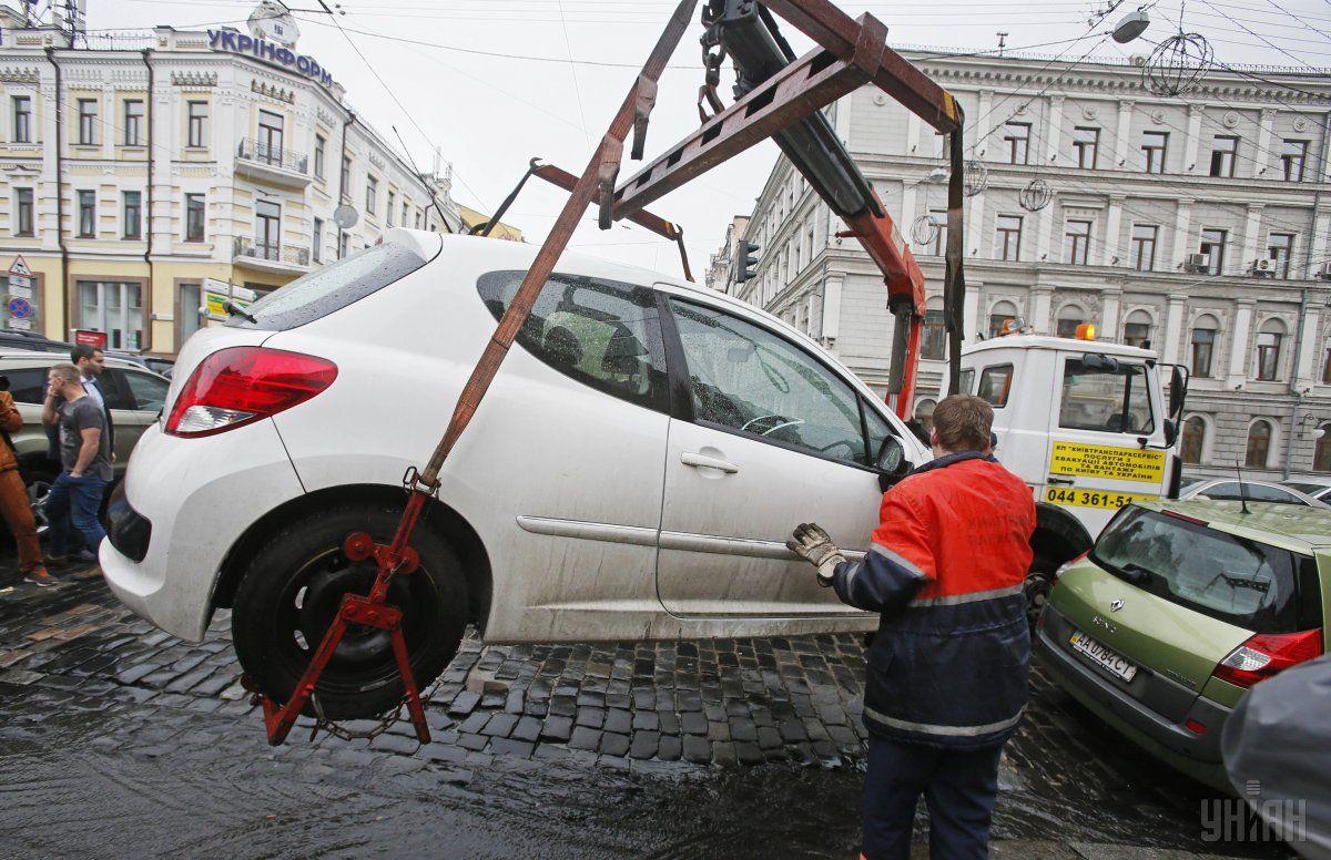 Уже скоро неправильную парковку может стать причиной принудительной эвакуации / Фото УНИАН