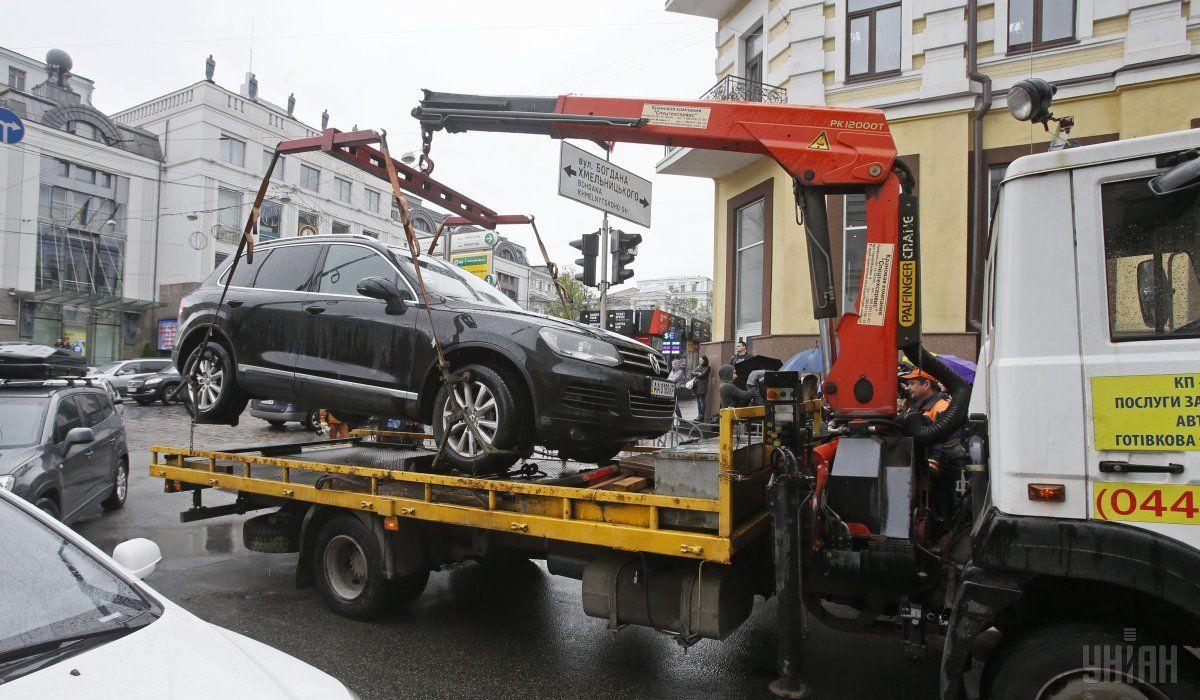Киевские дороги освобождают от нарушителей парковки / фото УНИАН