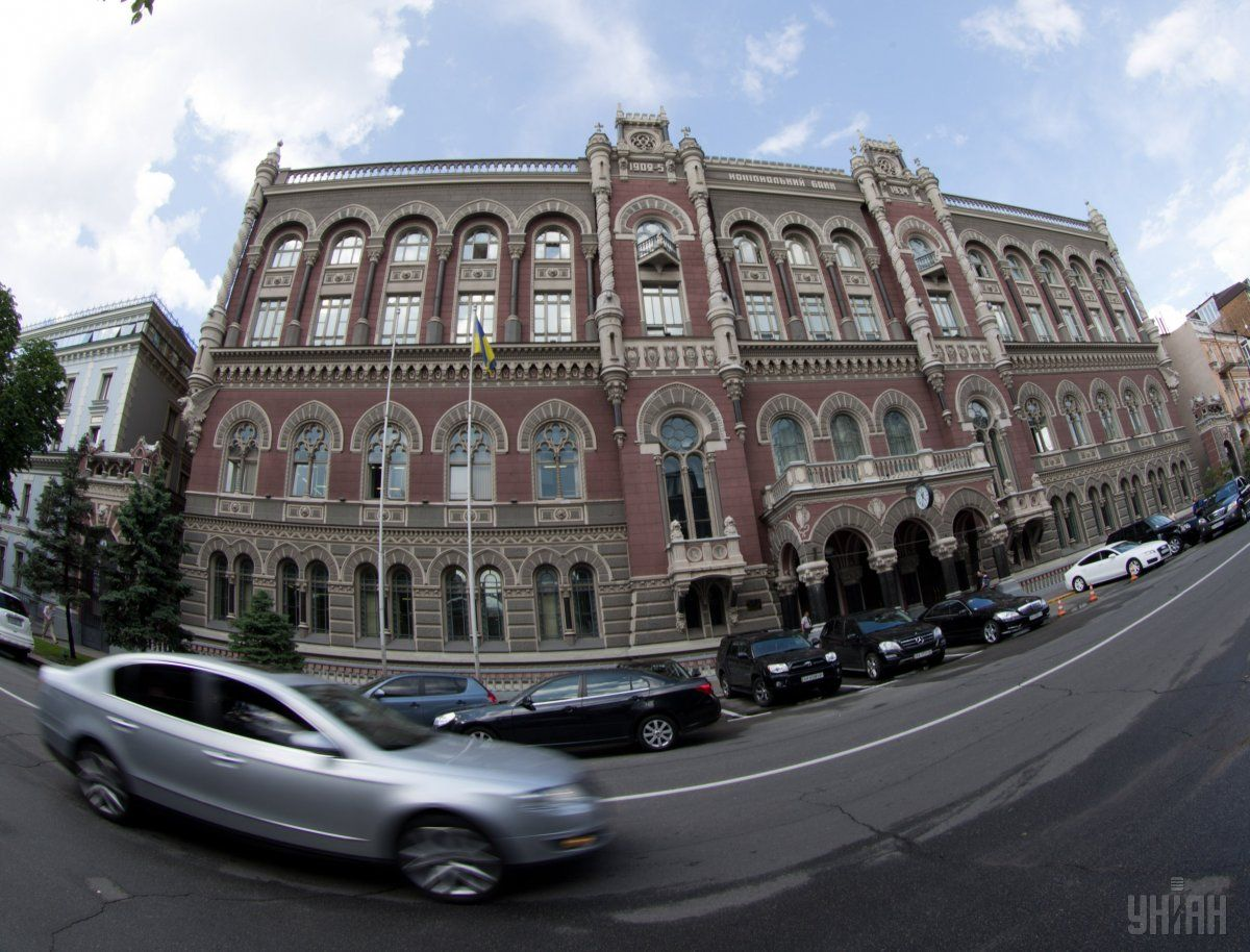 НБУ ослабил официальную гривню к доллару, но укрепил к евро / фото УНИАН