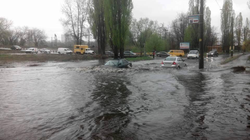 Машини тонуть на дорогах столиці через сильну зливу  / фото dtp.kiev.ua