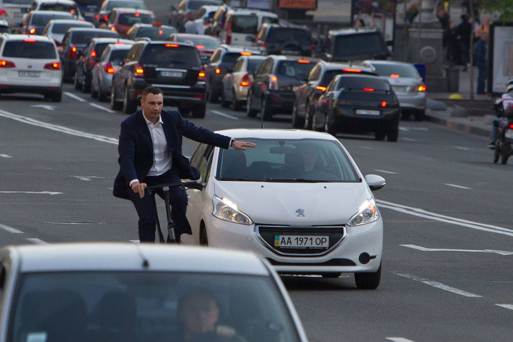 Мэр Киева Виталий Кличко прокатился по городу на электровелосипеде за 4 тысячи долларов. / Фото Facebook Виталия Кличко