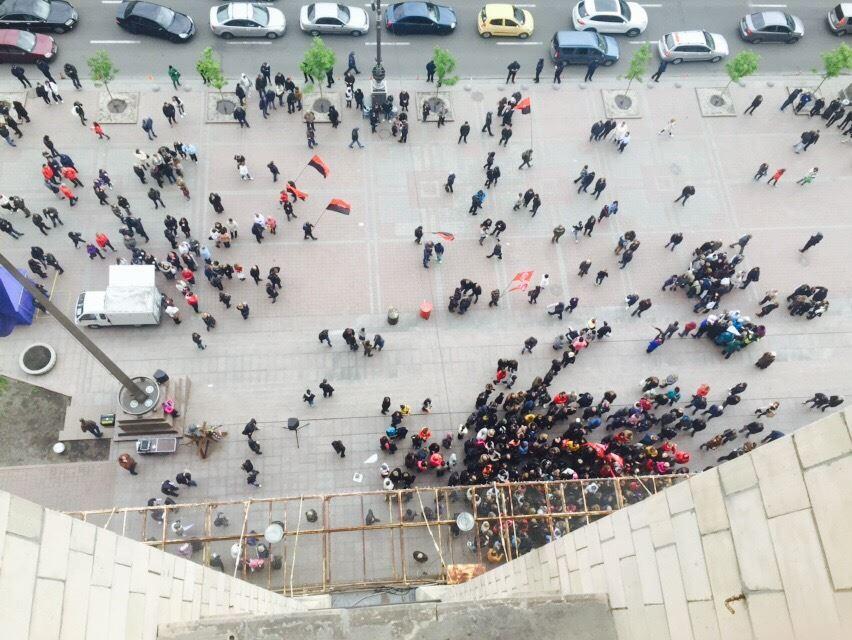 Активісти намагаються штурмувати будівлю КМДА / Dmitriy Belotserkovets