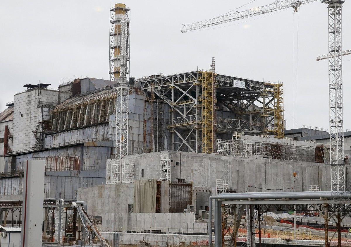 Саркофаг, охватывающий поврежденный четвертый реактор  / REUTERS