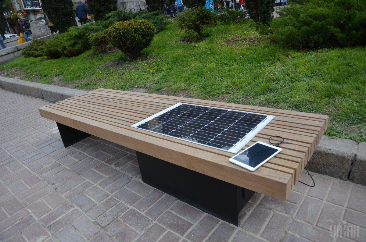Перша у Києві лавка на сонячній батареї / фото УНІАН