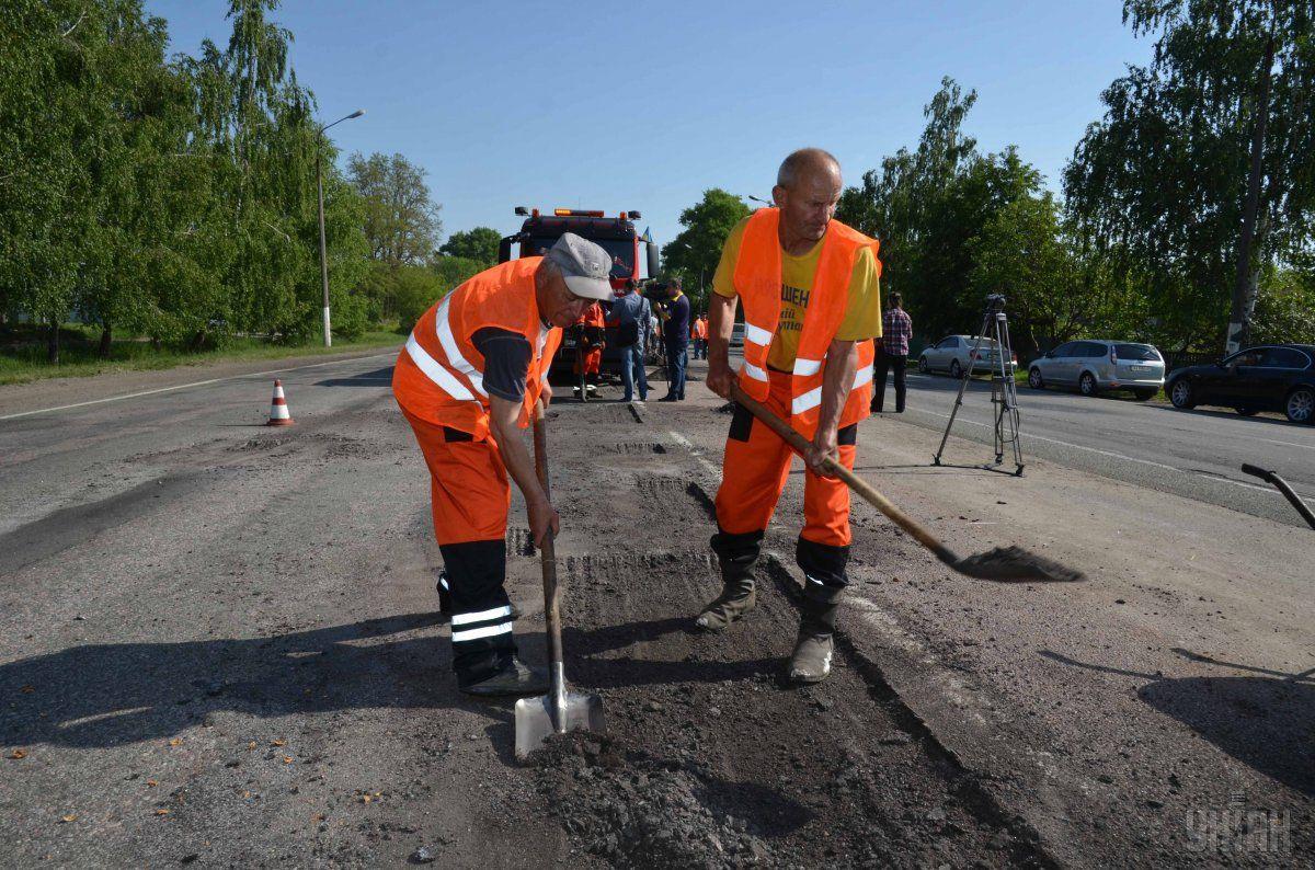 Уже через пять лет Украина сможет отказаться от ямочного ремонта дорог / фото УНИАН