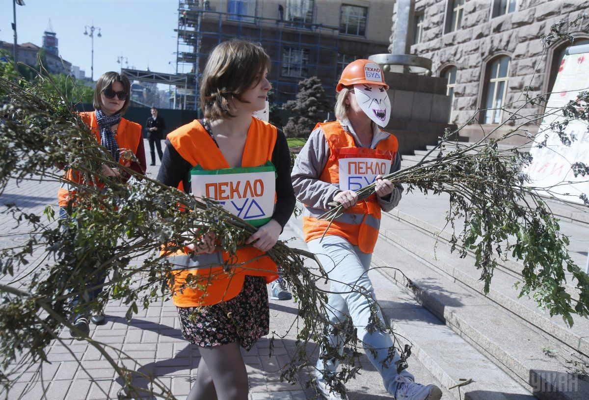 Екологи провели акцію під КМДА проти знищення дерев у столиці / фото УНІАН