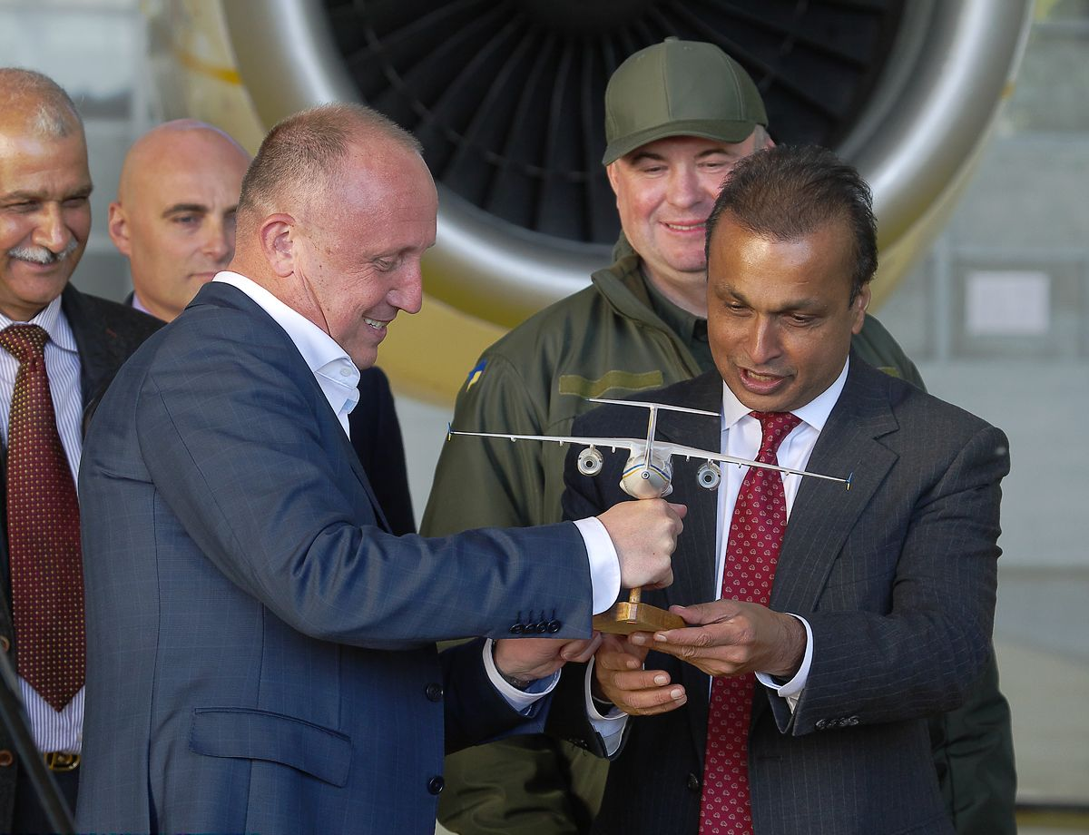 Acting President of Antonov Mr. Gvozdev presents a souvenir An-158 model to an Indian guest Mr. Ambani