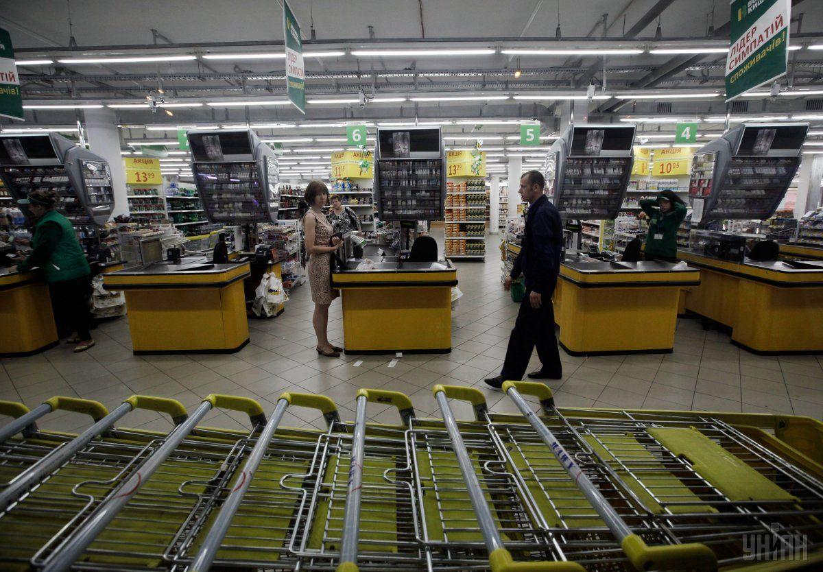 Уже в ближайшее время украинцы смогут снимать наличные с банковских карт прямо на кассе супермаркета / фото УНИАН
