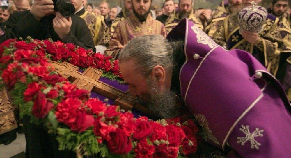 Фото крест украшенный цветами
