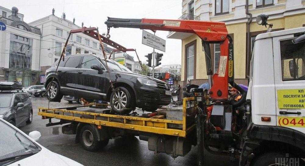 Парковки по-новому: почему новые правила не освободили улицы от хаотичного нагромождения машин