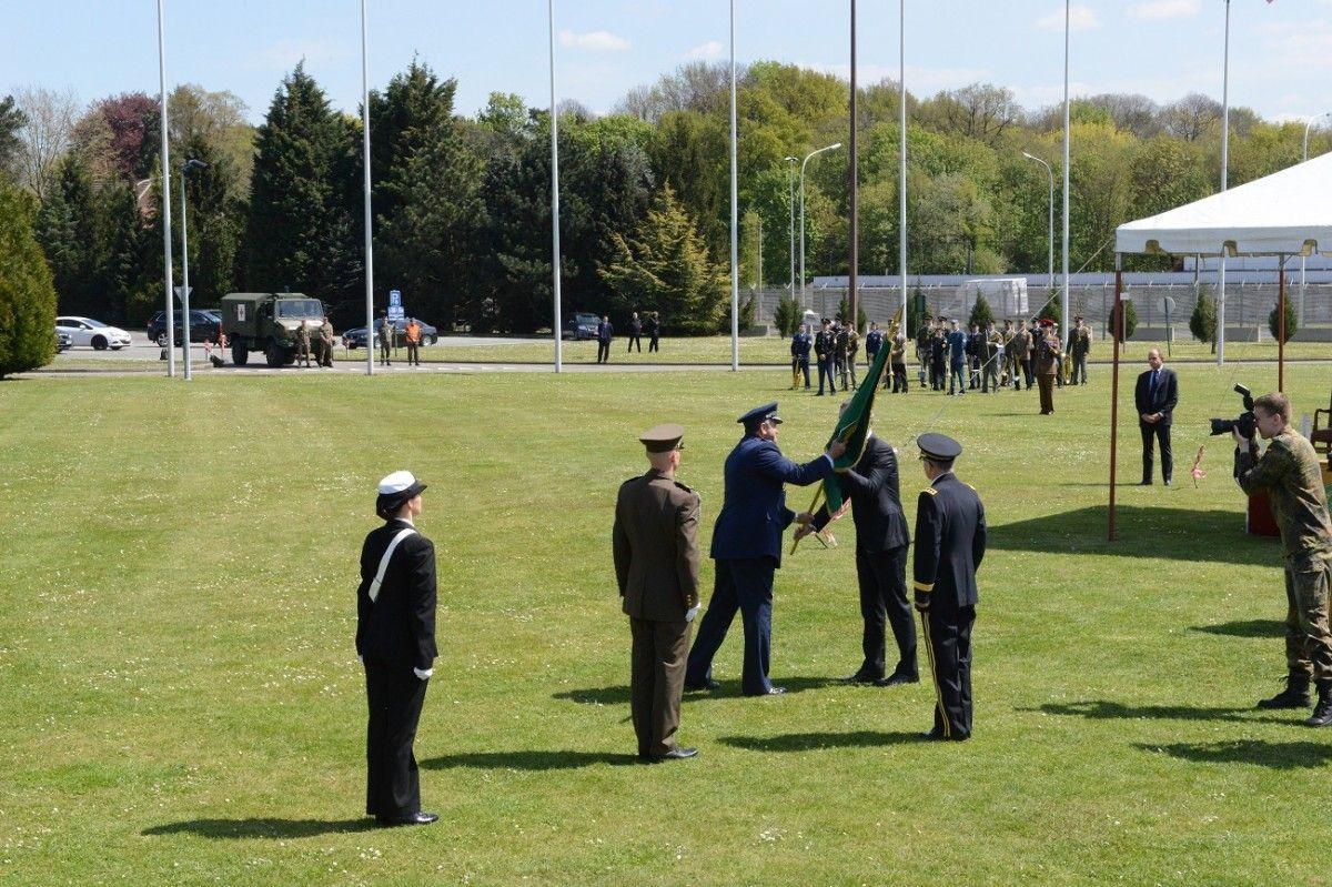 Урочиста передача прапора НАТО в ході церемонії / УНІАН