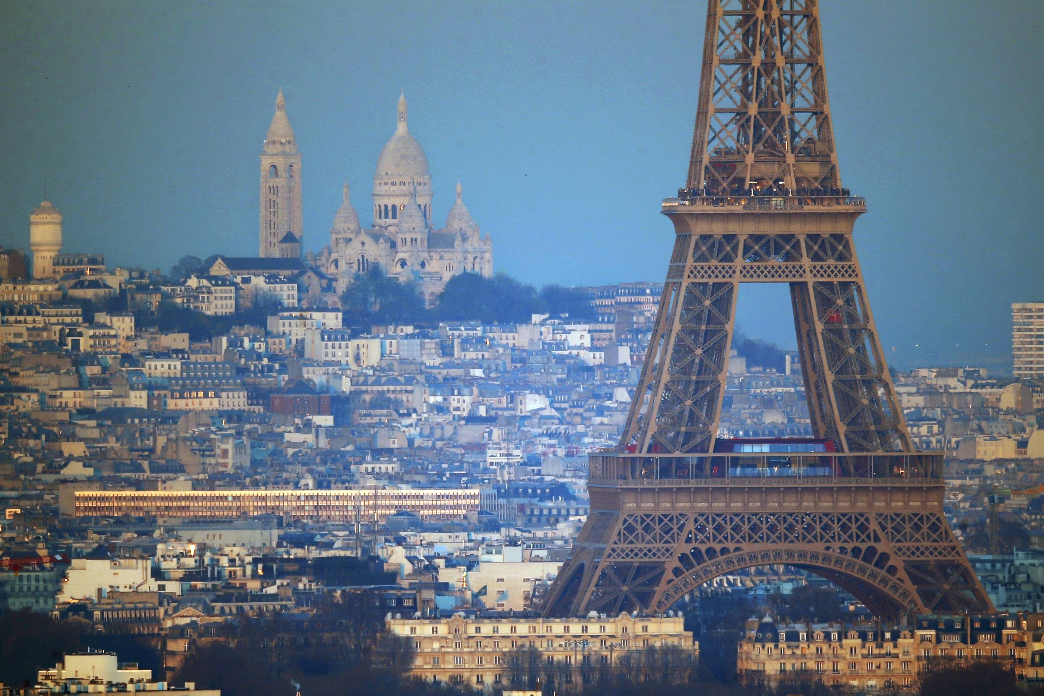 Париж - традиционно считается одним самых романтических городов мира / Иллюстрация REUTERS