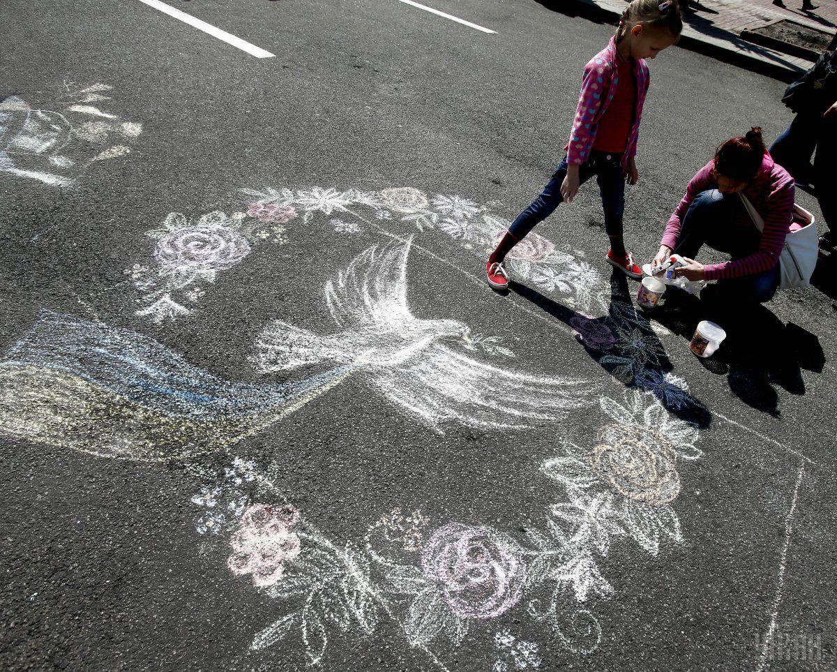"Дети рисуют на Крещатике в рамках флешмоба ""Рисуем Победу"" / Фото УНИАН"