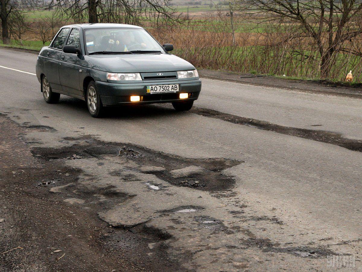Уряд обіцяє відремонтувати дороги / фото УНІАН