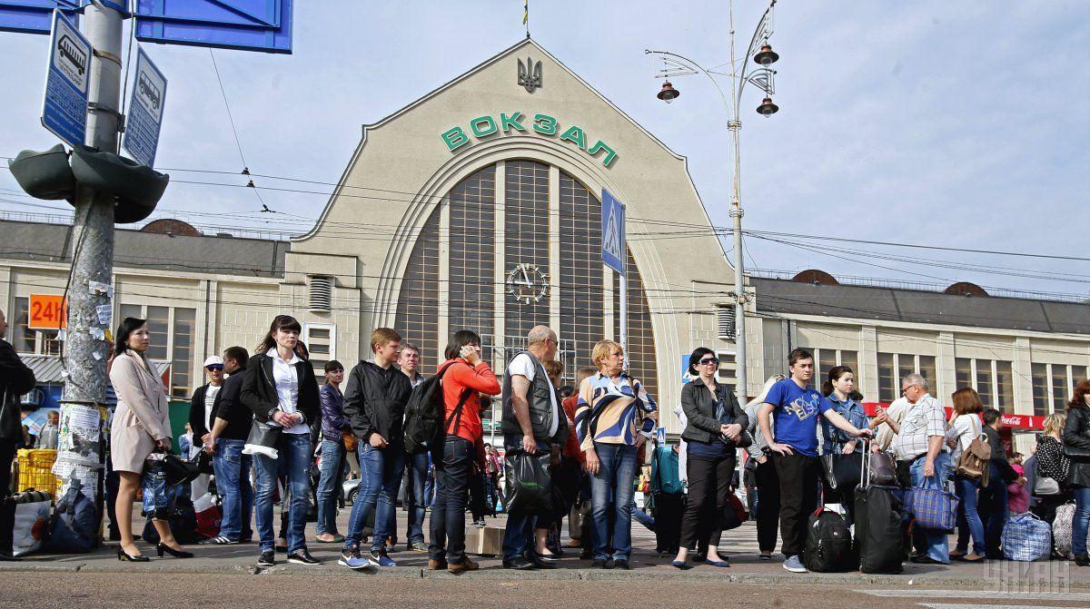 Также большое количество людей собралась на остановках общественного транспорта / УНИАН