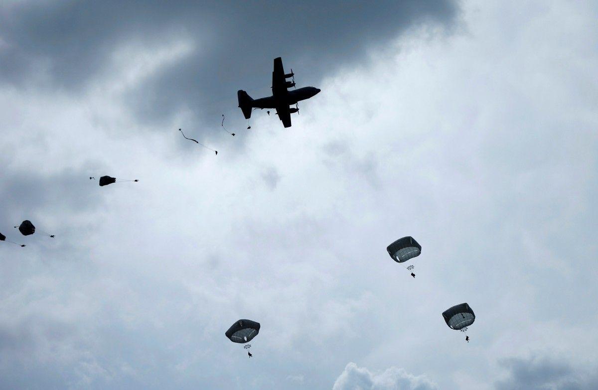 Стрибки з парашутом / REUTERS