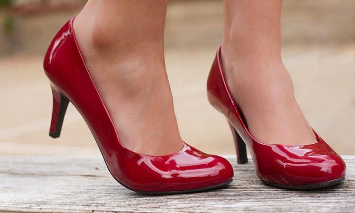 dc3d099461a447 У Лондоні 27-річна жінка втратила роботу через відмову носити в офісі туфлі  на підборах.