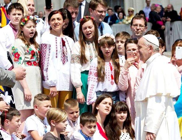 Папа Франциск слушает пение детей из Украины после общей аудиенции 18 мая 2016 г. - AP