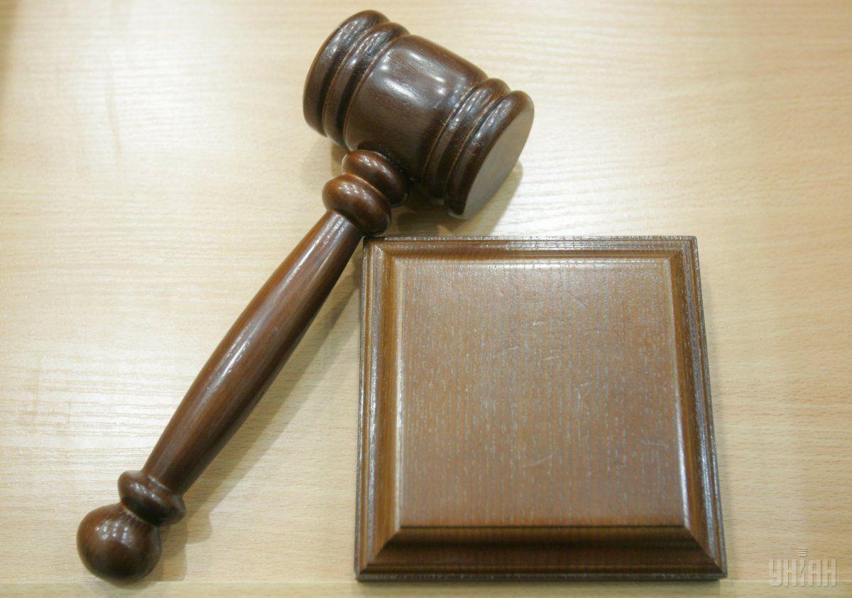 За происходящим в прямом эфире наблюдали судья и другие сотрудники суда/ Фото УНИАН