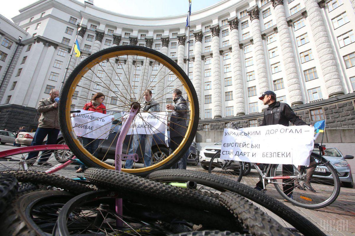 Велосипедисти пікетували Кабмін з вимогою зробити дороги безпечнішими / Фото УНІАН