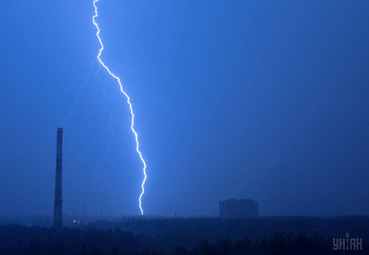 Во Львовской области молния убила мужчину и тяжело ранила его жену фото УНИАН