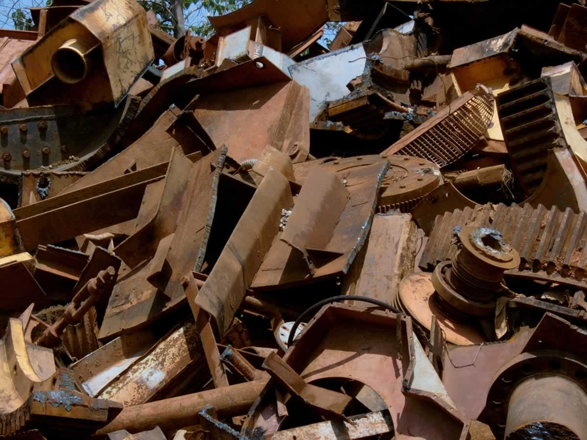 Злоумышленники вынесли из предприятия металлические изделия
