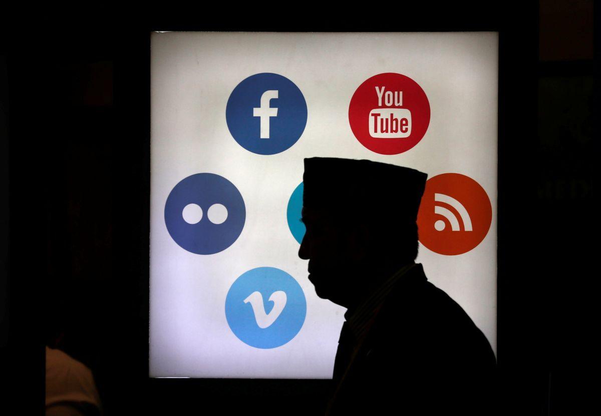 Буллинг в интернете происходит в социальных сетях, приложениях для обмена сообщениями, комментариях / фото REUTERS