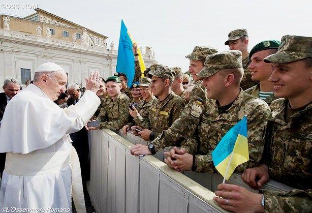 Папа Франциск благословляет украинских паломников во время общей аудиенции 25 мая 2016 - OSS_ROM
