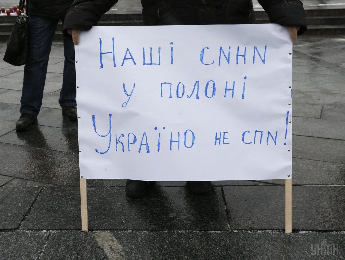 A sign at a rally says: Our sons are in captivity. Ukraine, wake up! / Photo from UNIAN