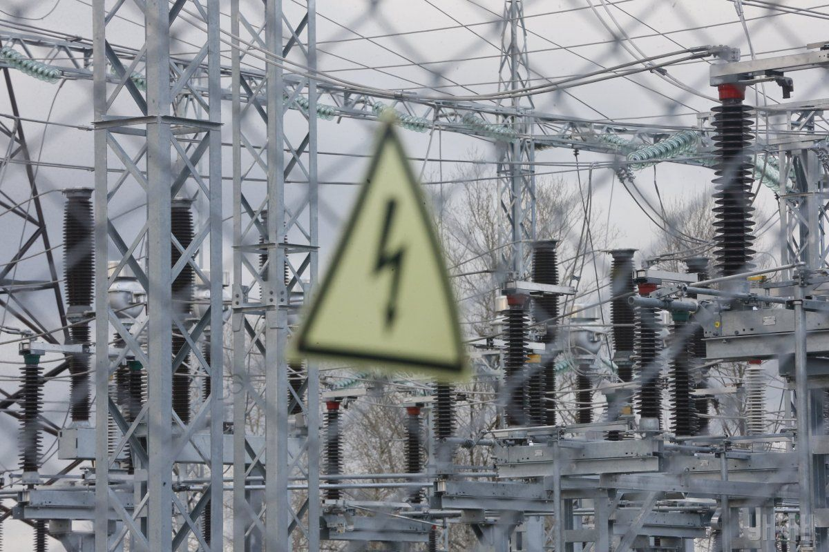 Часто аварійні відключення зумовлено не лише несприятливими погодними умовами, а й нестабільністю енергосистеми Луганської області / фото УНІАН