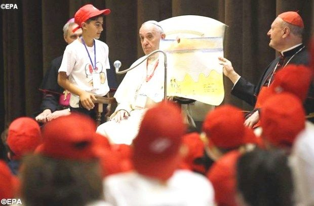 Папа Франциск на встрече с детьми беженцев с Востока. - EPA
