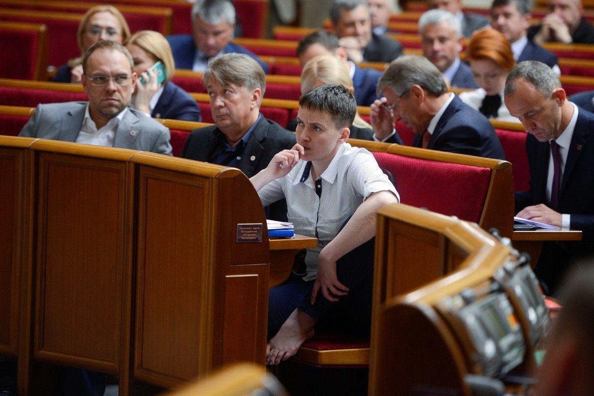 Савченко на своем месте в зале парламента / REUTERS