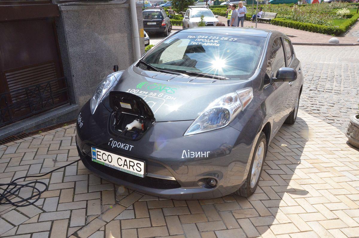 Полная зарядка аккумулятора от домашней розетки осуществляется минимум за 7 часов / Фото Владислав Швец