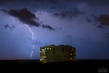 На Україну насуваються грози, сильні зливи, град та шквали