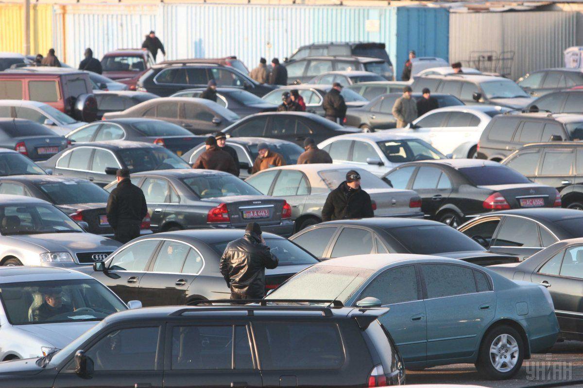 В Днепре мужчина громил припаркованные на тротуаре авто / фото УНИАН