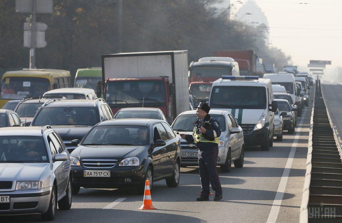 Продолжается ремонт дорожного покрытия / Фото УНИАН