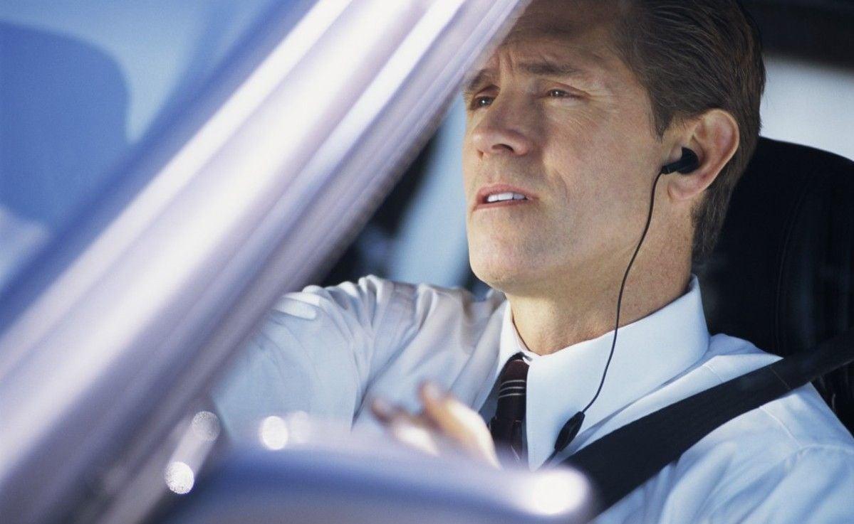 Телефонные разговоры отвлекают водителя, даже если он пользуется беспроводной связью / Фото: laprensa.hn