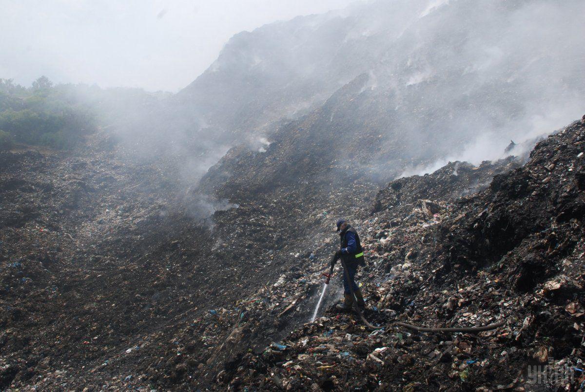Спасатели установили, что наблюдается горение мусора на свалке отдельными очагами на общей площади 200 кв. м / фото: УНИАН