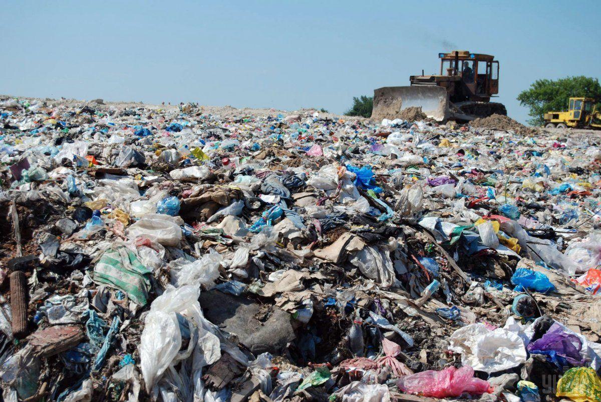 Несанкционированный сброс мусора началось после пожара на Грибовичской свалке в 2016 году / фото УНИАН
