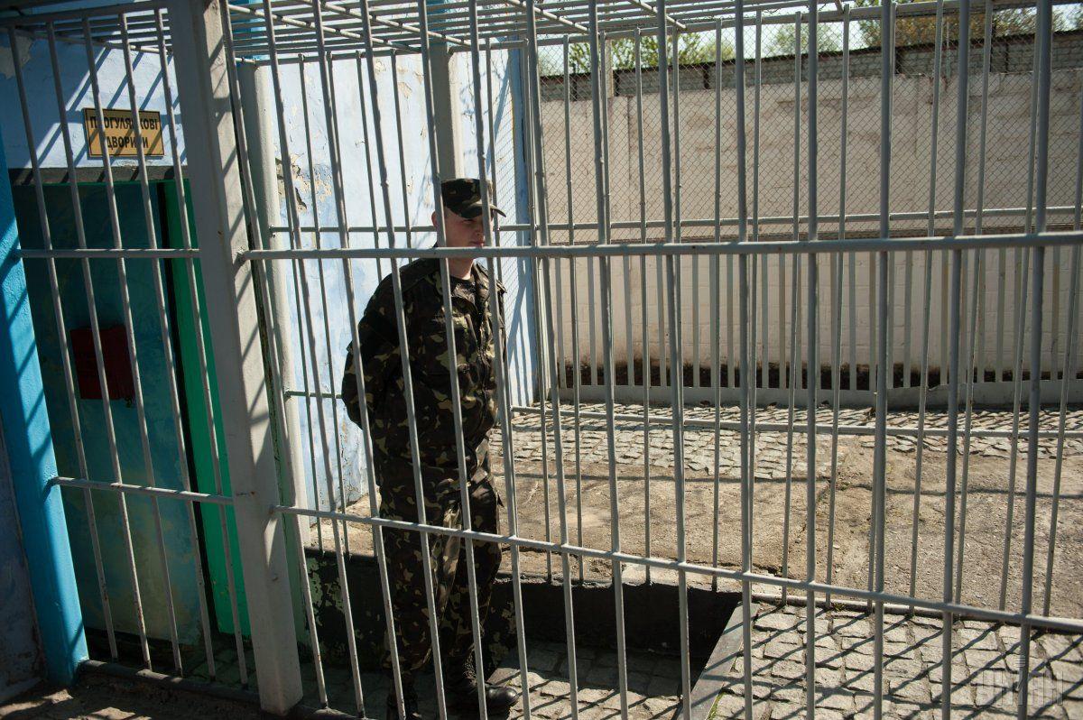 Спільника чиновників правоохоронці затримали у Києві під час отримання від родичів ув'язнених останньої частини хабара / Фото УНІАН