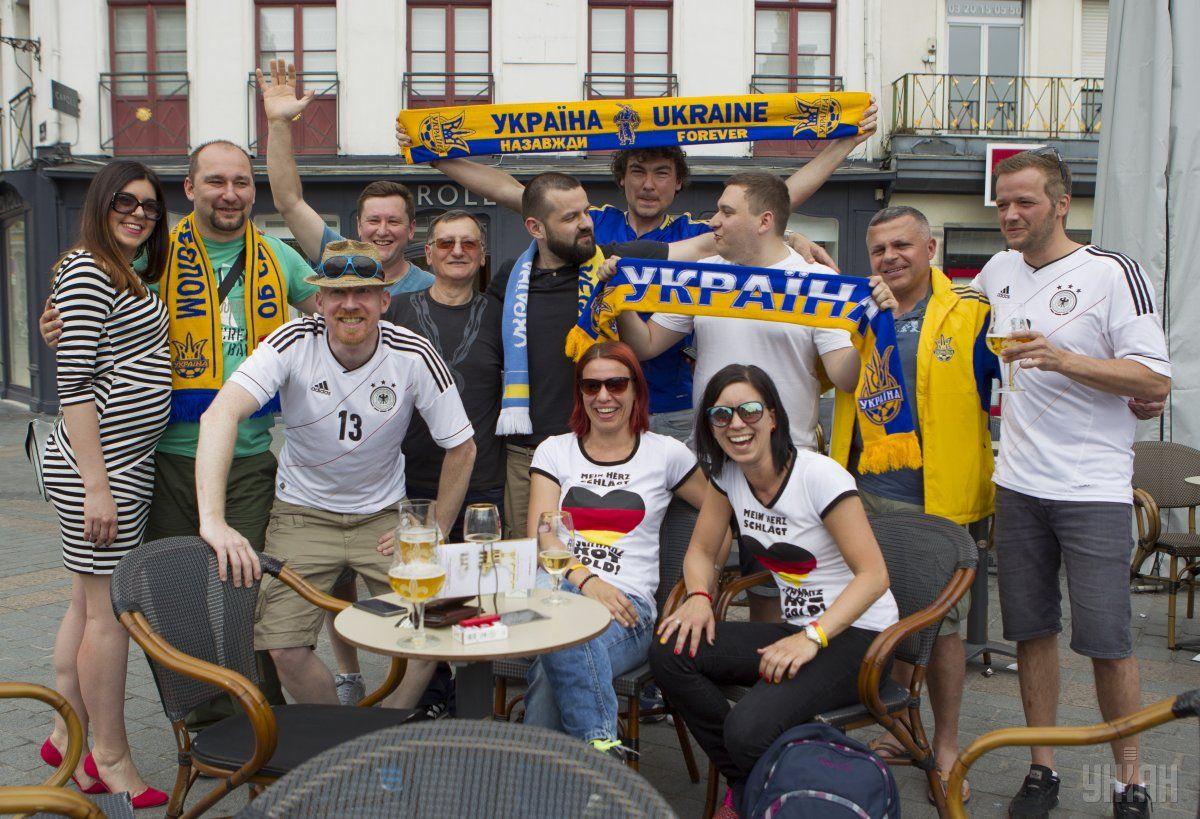 Украинские и немецкие болельщики в ожидании матча / УНИАН