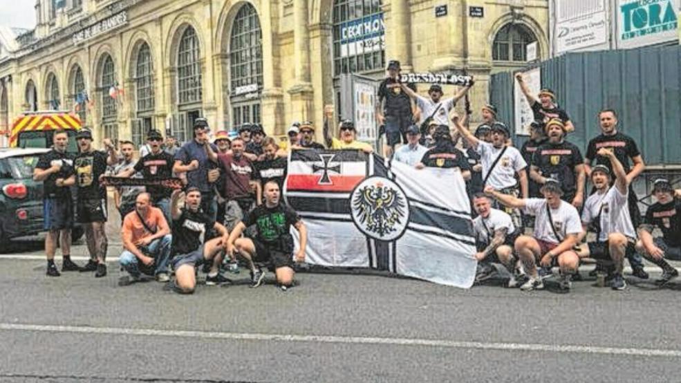 """Фанаты """"Динамо"""" позируют перед вокзалом Лилля / TWITTER"""