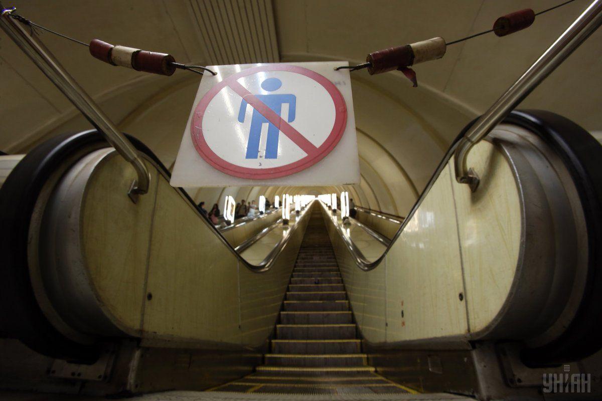 Люди спускались ескалатором на платформу, аж раптом в них почало дерти у горлі / фото УНІАН